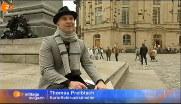 Künstler mit hut im ZDF vor der DResdner Frauenkirche