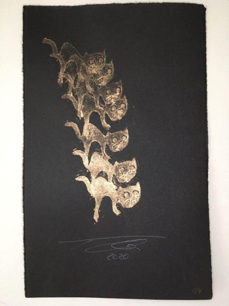 Katze eine Treppe herabsteigend Kartoffeldruck pigment auf Büttenpapier