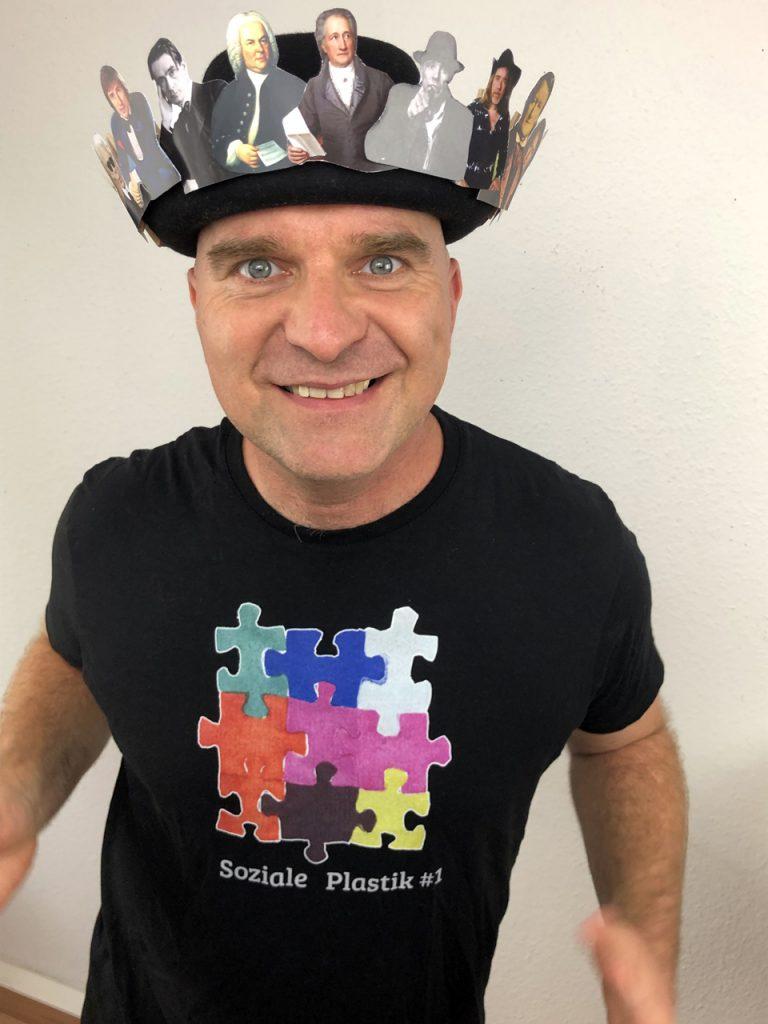 Künstler mit Hut Krone der Schöpfung soziale plastik auf Tshirt